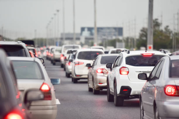 Embouteillage sur une autoroute avec pollution visible dans un ciel gris