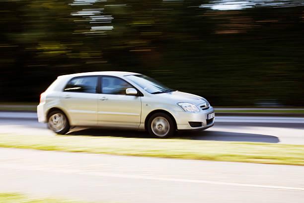 Voiture grise en train de rouler à pleine vitesse