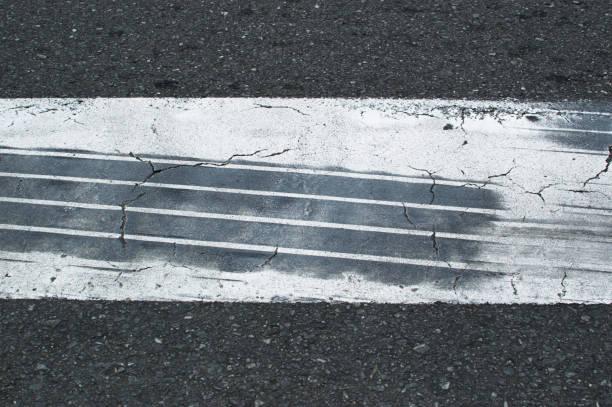 Traces de pneu de voiture ayant réalisé un freinage d'urgence