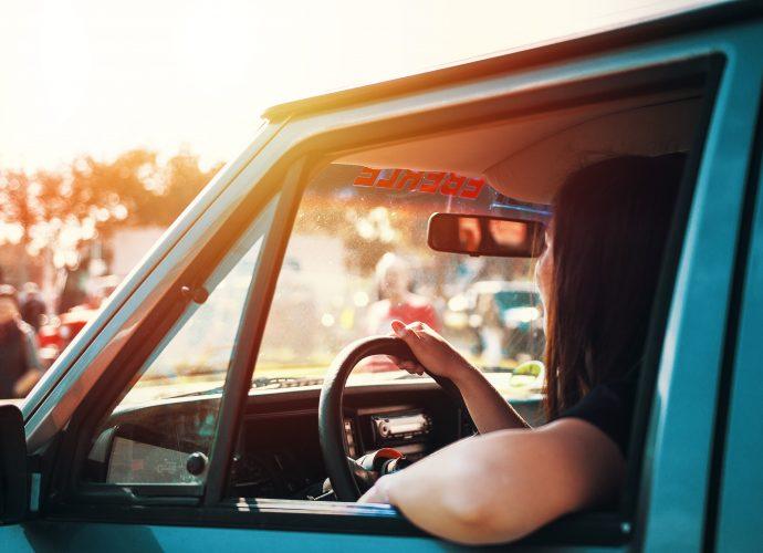 Personne au volant de sa voiture avec permis probatoire