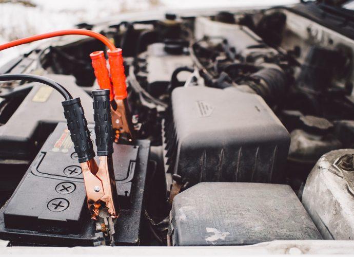 Batterie de voiture branchée avec des câbles de démarrage