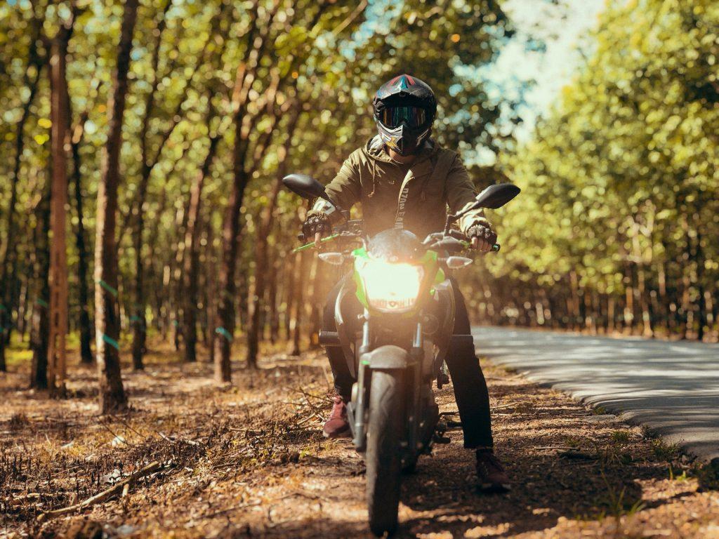 sécurité jeune motard dans les bois